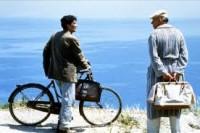 El cartero hace sus repartos en bicicleta.